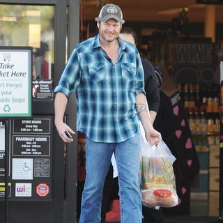 Blake Shelton in Blake Shelton Picking Up Groceries