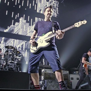Travis Barker, Mark Hoppus, Tom DeLonge, Blink-182 in Blink-182 Performing Live