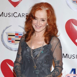 Bonnie Raitt in 2006 MusiCares Person of The Year - James Taylor - Red Carpet