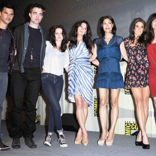 Taylor Lautner, Robert Pattinson, Kristen Stewart, Ashley Greene, Julia Jones, Nikki Reed, Elizabeth Reaser in Comic Con 2011 - Day 1 - Twilight Breaking Dawn Part I Press Conference - Arrivals