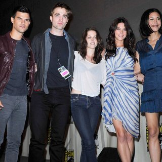 Taylor Lautner, Robert Pattinson, Kristen Stewart, Ashley Greene, Julia Jones in Comic Con 2011 - Day 1 - Twilight Breaking Dawn Part I Press Conference - Arrivals