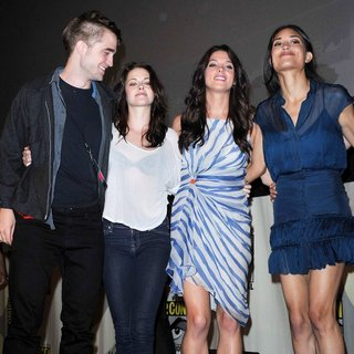 Robert Pattinson, Kristen Stewart, Ashley Greene, Julia Jones in Comic Con 2011 - Day 1 - Twilight Breaking Dawn Part I Press Conference - Arrivals