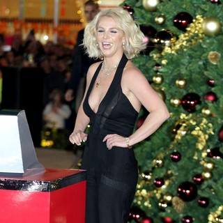 Britney Spears - Britney Spears Flips The Switch During The Christmas Tree-Lighting Ceremony