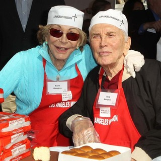 Anne Buydens, Kirk Douglas in The Los Angeles Mission's Thanksgiving for Skid Row Homeless