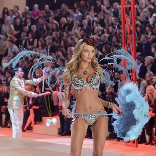 Candice Swanepoel in The 2012 Victoria's Secret Fashion Show - Inside - candice-swanepoel-2012-victoria-s-secret-fashion-show-inside-08