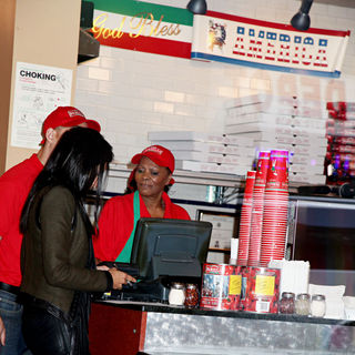 Dionne Warwick in The Cast of 'The Celebrity Apprentice' Sell Pizza for Charity