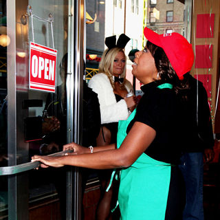 Star Jones in The Cast of 'The Celebrity Apprentice' Sell Pizza for Charity