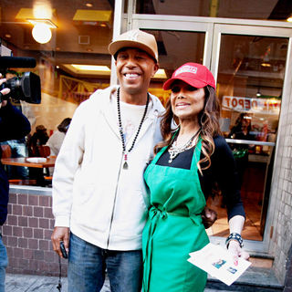 Russell Simmons, La Toya Jackson in The Cast of 'The Celebrity Apprentice' Sell Pizza for Charity