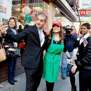 La Toya Jackson in The Cast of 'The Celebrity Apprentice' Sell Pizza for Charity