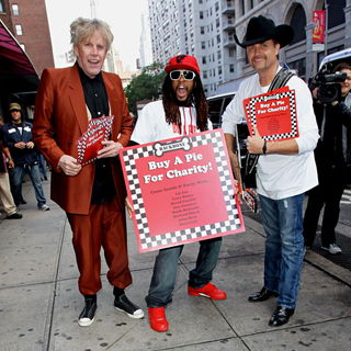Gary Busey, Lil Jon, John Rich in The Cast of 'The Celebrity Apprentice' Sell Pizza for Charity