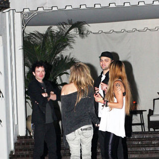Avril Lavigne - Outside the Chateau Marmont