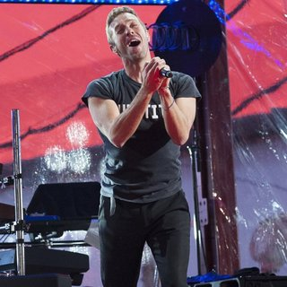 Chris Martin in World AIDS Day 2014 Concert - chris-martin-world-aids-day-2014-concert-06