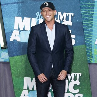 Cole Swindell in 2015 CMT Music Awards - Arrivals - cole-swindell-2015-cmt-music-awards-01