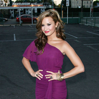 Demi Lovato in Padres Contra El Cancer's 25th Anniversary Gala - Arrivals