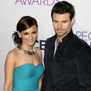 Daniel Gillies in People's Choice Awards 2013 - Red Carpet Arrivals - cook-gillies-people-s-choice-awards-2013-03