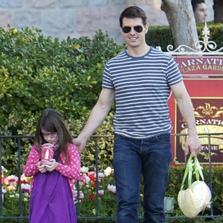 Tom Cruise - Tom Cruise and Suri Cruise Spend An Afternoon at Disneyland