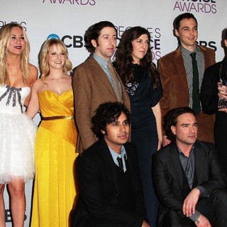 Bill Prady, Kaley Cuoco, Melissa Rauch, Kunal Nayyar, Simon Helberg, Mayim Bialik, Johnny Galecki, Jim Parsons, Chuck Lorre in People's Choice Awards 2013 - Press Room