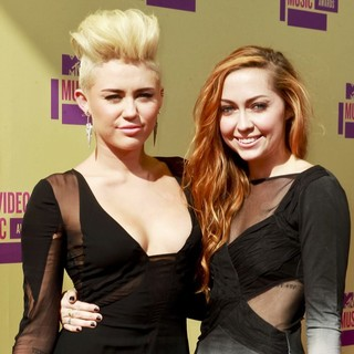 Miley Cyrus, Brandi Cyrus in 2012 MTV Video Music Awards - Arrivals