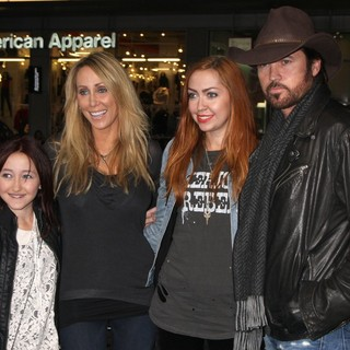 Noah Cyrus, Tish Cyrus, Brandi Cyrus, Billy Ray Cyrus in The Premiere of Joyful Noise - Arrivals