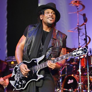 D'Angelo Performs Live as Part of The Liberation Tour