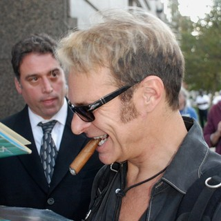 David Lee Roth - David Lee Roth Signs Autographs as He Leaves His Hotel in Philadelphia