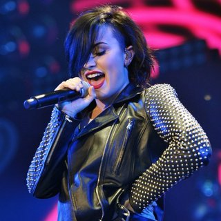 Demi Lovato in 103.5 KISS FM's Jingle Ball 2014 - Performances - demi-lovato-103-5-kiss-fm-s-jingle-ball-2014-performances-01