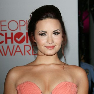 Demi Lovato in 2012 People's Choice Awards - Arrivals