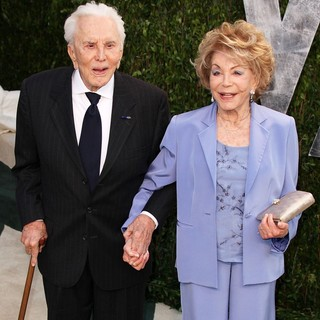Kirk Douglas, Anne Buydens in 2012 Vanity Fair Oscar Party - Arrivals