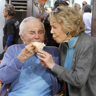 Kirk Douglas in 75th Anniversary of The Los Angeles Mission Serving Thanksgiving Dinner to The Homeless - douglas-buydens-75th-anniversary-la-mission-serving-thanksgiving-dinner-02