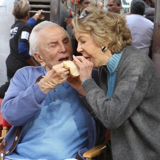 Kirk Douglas in 75th Anniversary of The Los Angeles Mission Serving Thanksgiving Dinner to The Homeless - douglas-buydens-75th-anniversary-la-mission-serving-thanksgiving-dinner-03