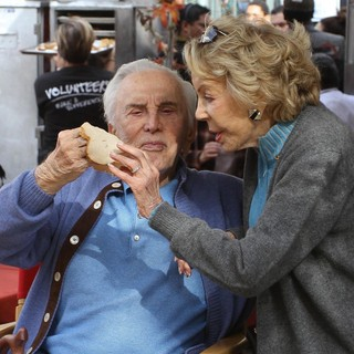 Kirk Douglas in 75th Anniversary of The Los Angeles Mission Serving Thanksgiving Dinner to The Homeless - douglas-buydens-75th-anniversary-la-mission-serving-thanksgiving-dinner-04
