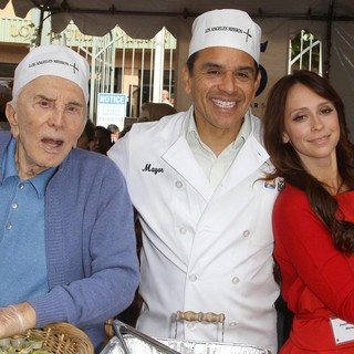 Kirk Douglas, Antonio Villaraigosa, Jennifer Love Hewitt in 75th Anniversary of The Los Angeles Mission Serving Thanksgiving Dinner to The Homeless