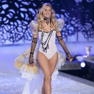 Doutzen Kroes in 2011 Victoria's Secret Fashion Show - Runway