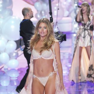Doutzen Kroes in 2014 Victoria's Secret Fashion Show - Catwalk