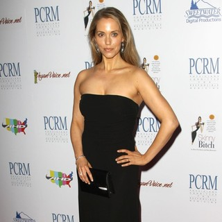 Elizabeth Berkley in The Art of Compassion PCRM 25th Anniversary Gala - elizabeth-berkley-pcrm-25th-anniversary-gala-04
