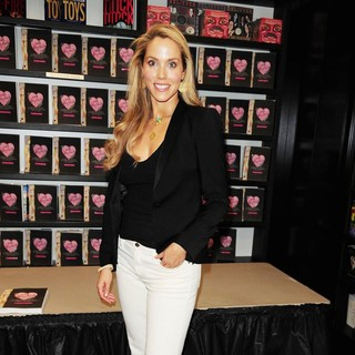 Elizabeth Berkley Signs Copies of Ask Elizabeth - elizabeth-berkley-signs-copies-ask-elizabeth-01