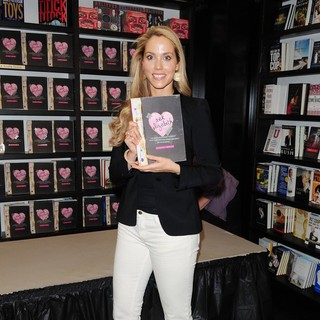 Elizabeth Berkley Signs Copies of Ask Elizabeth - elizabeth-berkley-signs-copies-ask-elizabeth-03