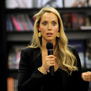 Elizabeth Berkley Signs Copies of Ask Elizabeth - elizabeth-berkley-signs-copies-ask-elizabeth-04