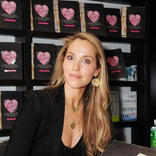 Elizabeth Berkley Signs Copies of Ask Elizabeth - elizabeth-berkley-signs-copies-ask-elizabeth-05