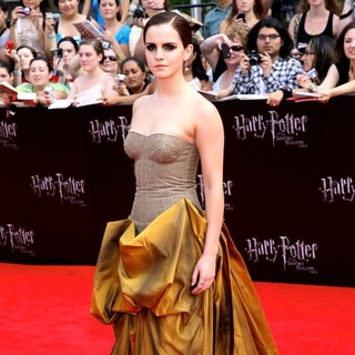 Emma Watson in New York Premiere of Harry Potter and the Deathly Hallows Part II - Arrivals