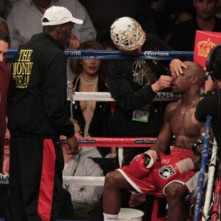 The Fight Floyd Mayweather, Jr. Defeated Miguel Cotto by Way of A Twelve Round Unanimous Decision - floyd-mayweather-jr-fight-floyd-mayweather-jr-vs-miguel-cotto-02