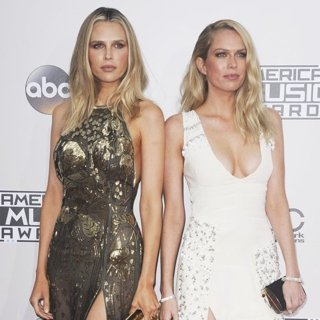 Sara Foster, Erin Foster in 2016 American Music Awards - Arrivals