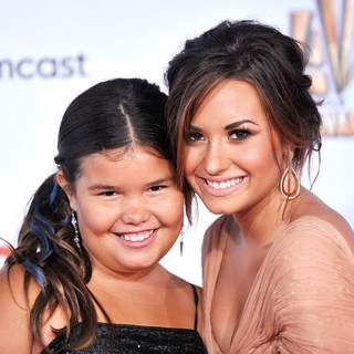 Madison De La Garza, Demi Lovato in 2011 NCLR ALMA Awards - Arrivals