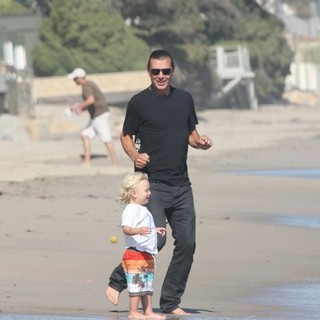 Gavin Rossdale, Zuma Rossdale in Memorial Day Beach Party
