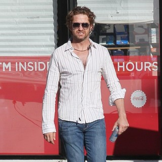 Gerard Butler Stops A Gas Station