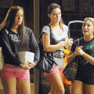 Sammi Giancola, JWoww, Deena Nicole in Jersey Shore Cast Members Pop Round The Corner to A Local Shop to Wash Their Dirty Dishes