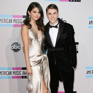 Selena Gomez, Justin Bieber in 2011 American Music Awards - Arrivals