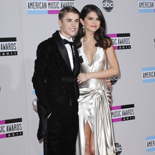 Justin Bieber, Selena Gome in 2011 American Music Awards - Arrivals