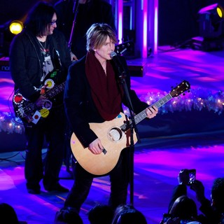 Goo Goo Dolls in 81st Annual Rockefeller Center Christmas Tree Lighting Ceremony - goo-goo-dolls-81st-annual-rockefeller-center-christmas-tree-lighting-04