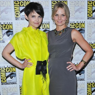 Ginnifer Goodwin, Jennifer Morrison in Comic Con 2011 - Celebrities at The Convention Centre - The Once Upon A Time Press Conference